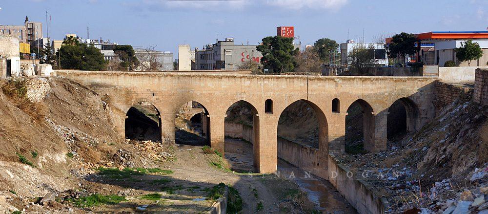 sanliurfa tarihi hizmali koprusu 1000x438 - Şanlıurfa da Gezilecek Yerler