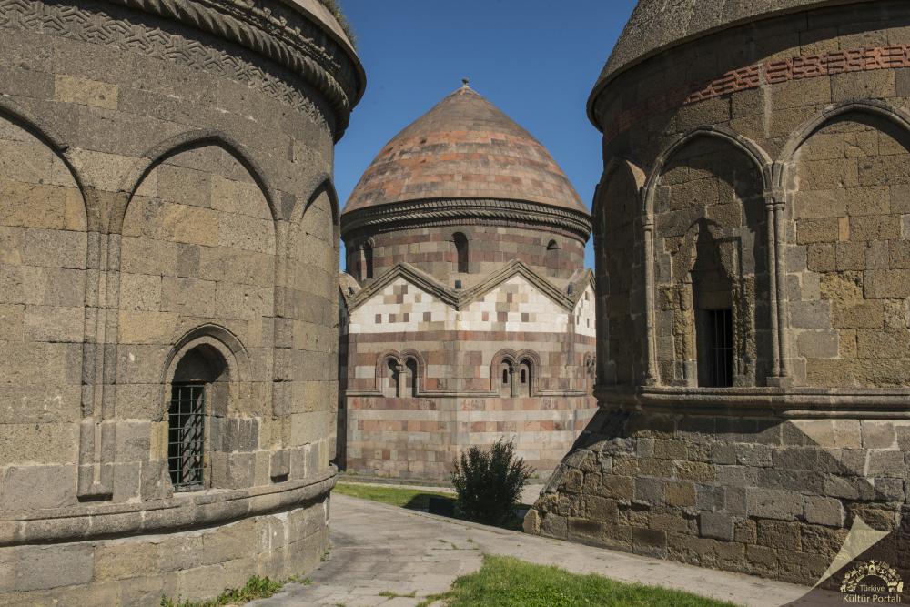 erzurum uc kumbet 1000x667 - Erzurum da Gezilecek Yerler